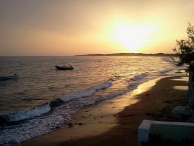Západ slunce nad pláží ostrova Korfu