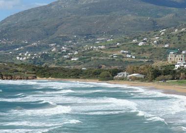 Korfu s pláží a letoviskem Agios Petros