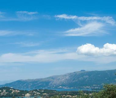 Ostrov Korfu se zálivem Gouvia